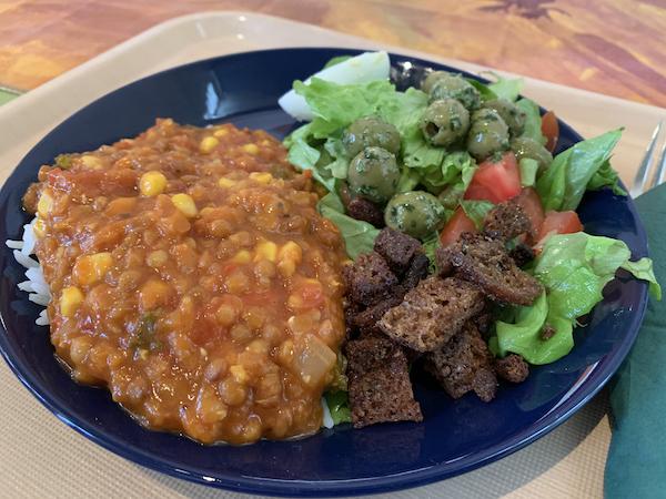 Lautanen jossa linssikastiketta ja salaattia