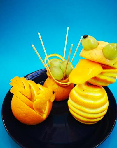 Koristeellisesti leikattu ja hedelmiä