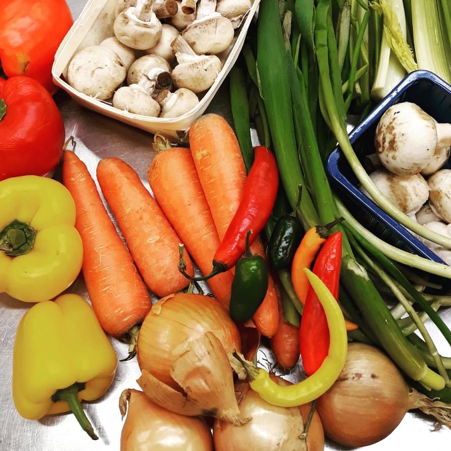 Juureksia ja vihanneksia pöydällä