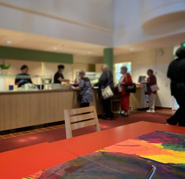 Ravintolan tiski ja sen edessä ihmisiä
