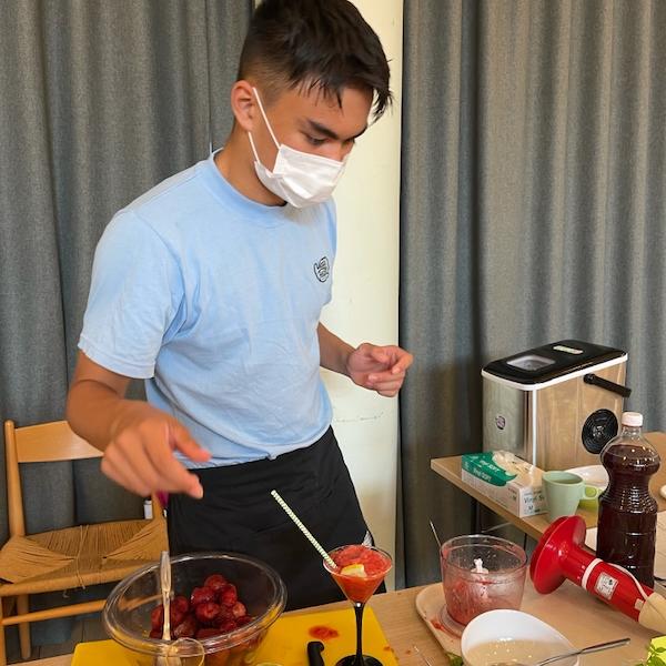 Nuori henkilö valmistaa mansikkadaiquiria