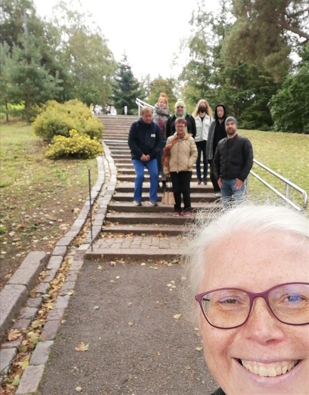 Ihmisiä portailla